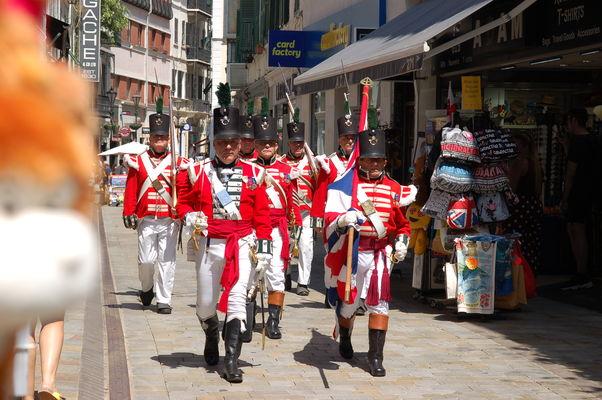Englische historische Patrouille in der Main Street von Gibraltar