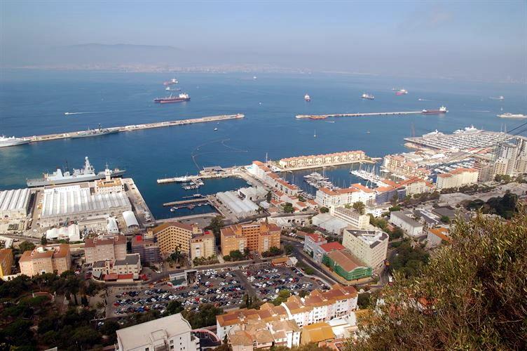 Hafen von Gibraltar - ImHintergrund die spanische Stadt Algeciras