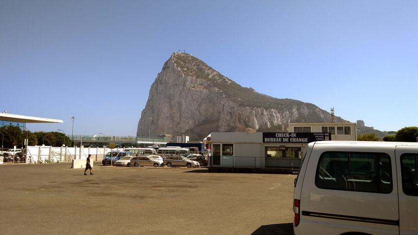 Der Fels von Gibraltar von der spanischen Seite (Norden) aus gesehen